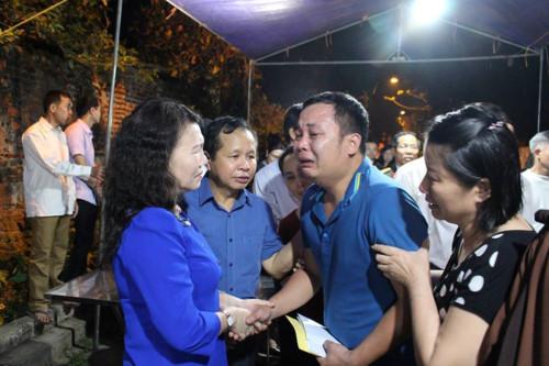 Thứ trưởng Nguyễn Thị Nghĩa cùng đoàn công tác Bộ GD&ĐT thăm hỏi gia đình các em HS đuối nước tại Hòa Bình