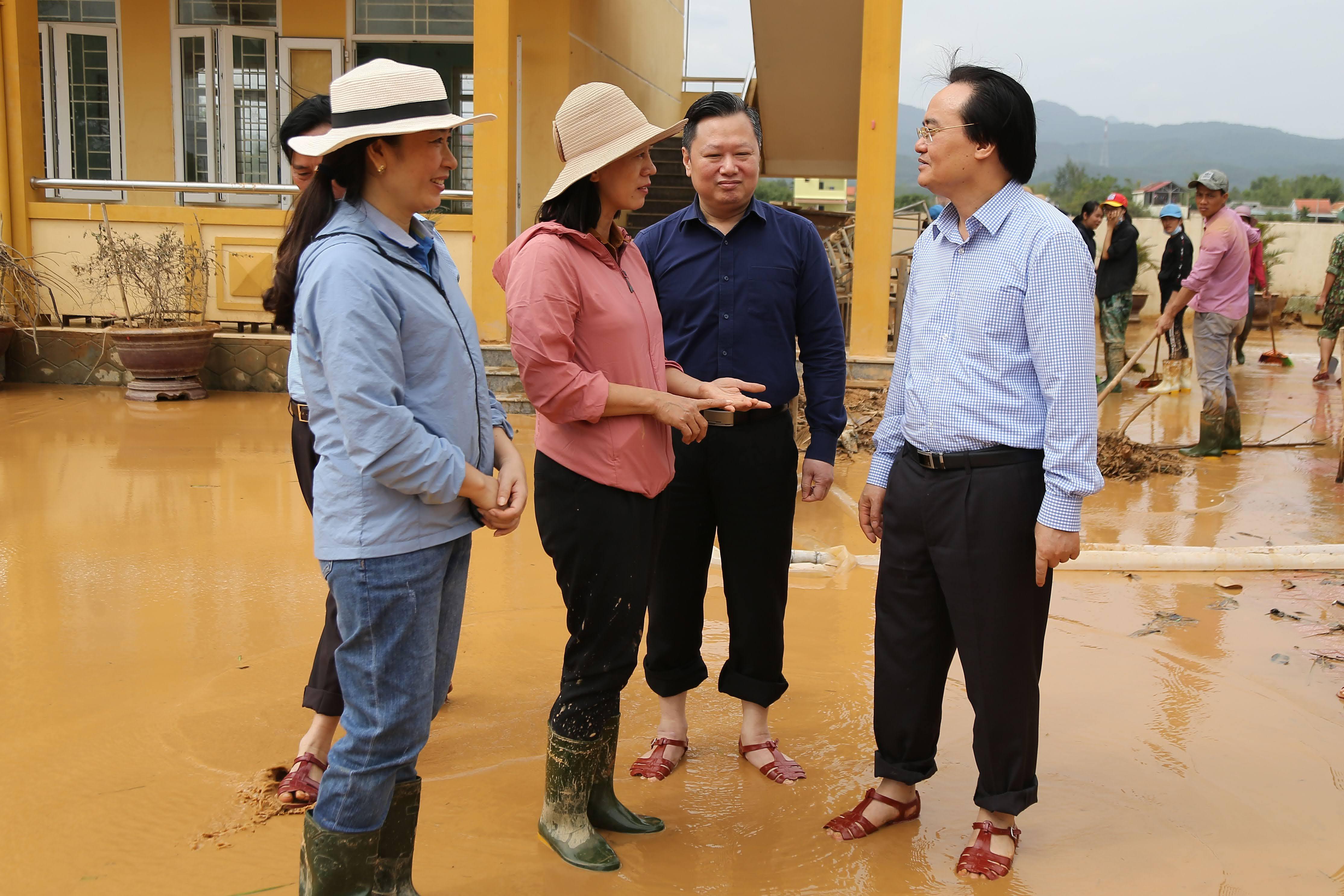 Bộ trưởng Phùng Xuân Nhạ thăm, động viên thầy trò vùng lũ miền Trung