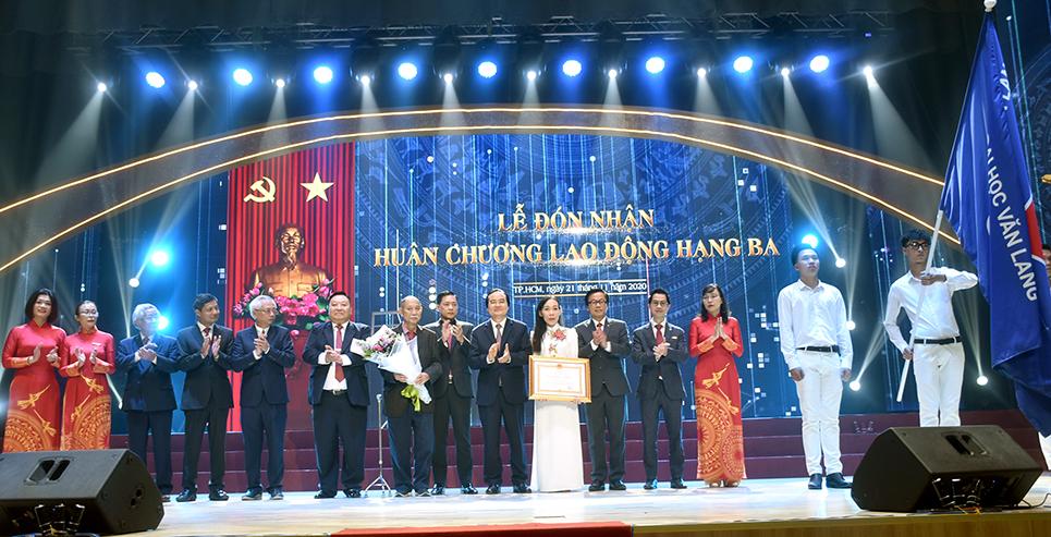 Trường Đại học Văn Lang đón nhận Huân chương Lao động hạng Ba